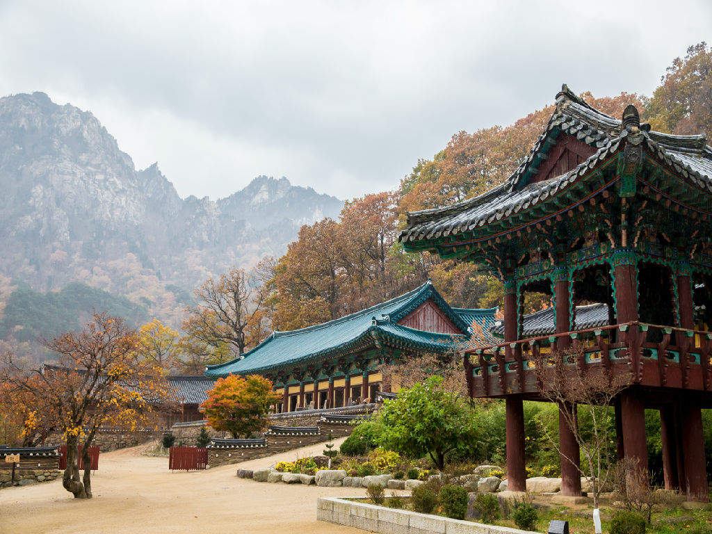 Sinheungsa Temple on Mount Seorak (新兴寺)